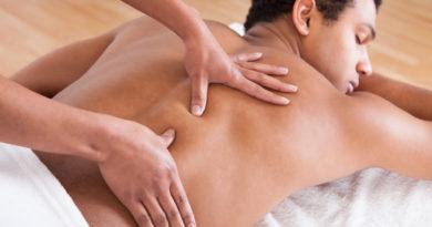 Mand får massage