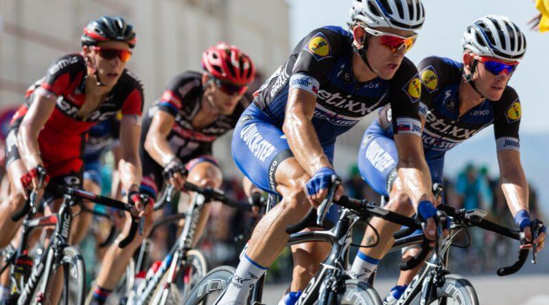 Cykelryttere cykler hurtigt