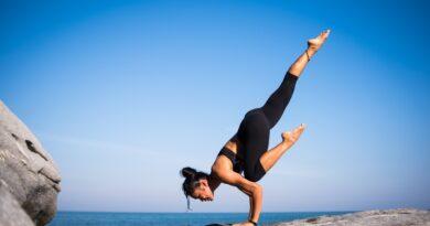 Kvinde laver yoga udenfor