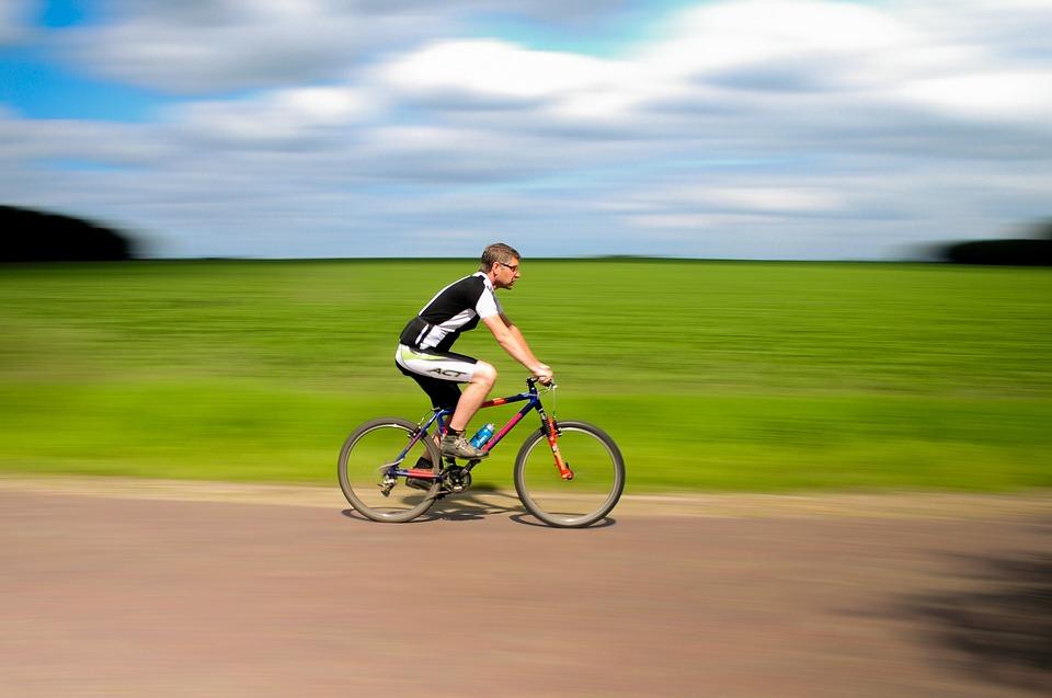 Mand cykler
