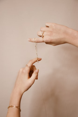 minimalistiske smykker, forgyldt, feminint, hænder